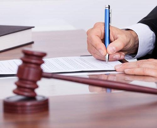 עורך דין כותב פסקה
